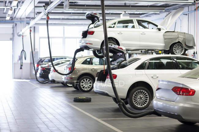 Машины, стоящие в ремонтной мастерской — стоковое фото