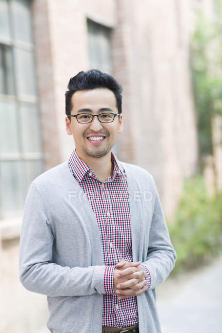 Porträt eines lächelnden erwachsenen Chinesen — Stockfoto
