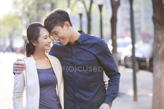 Chinesische Paare stehen auf Bürgersteig in der Stadt von Angesicht zu Angesicht — Stockfoto