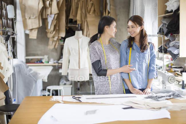 Des créatrices chinoises parlent en studio — Photo de stock