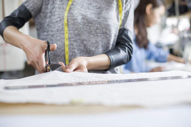 Vue recadrée des créateurs de mode travaillant en studio — Photo de stock