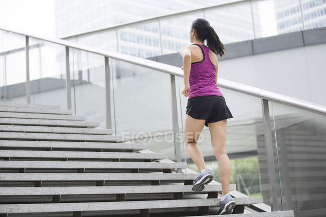 Китайська жінка, що курсує сходи — стокове фото
