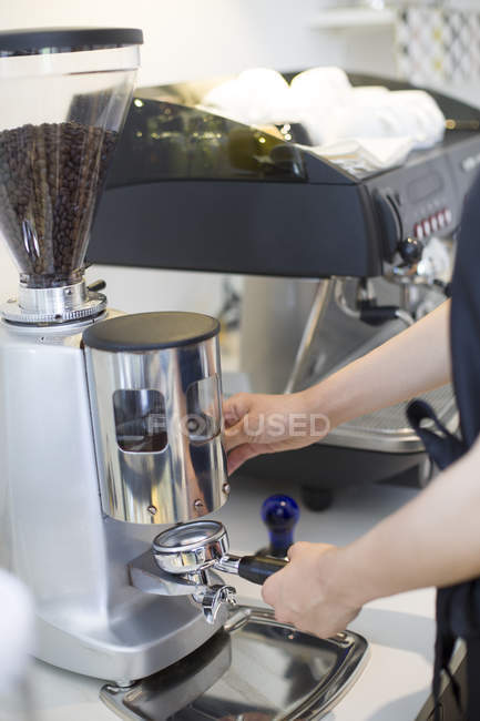 Cropped view of barista making coffee in cafe — Stock Photo