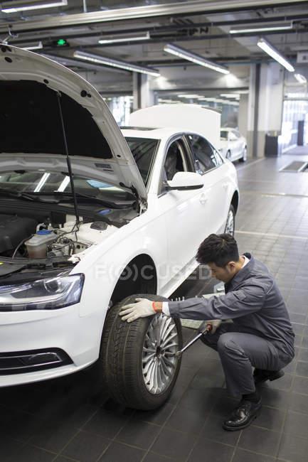 Chinois auto mécanicien travaillant dans l'atelier de réparation — Photo de stock