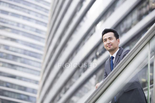 Homme d'affaires chinois regardant la vue et la pensée — Photo de stock