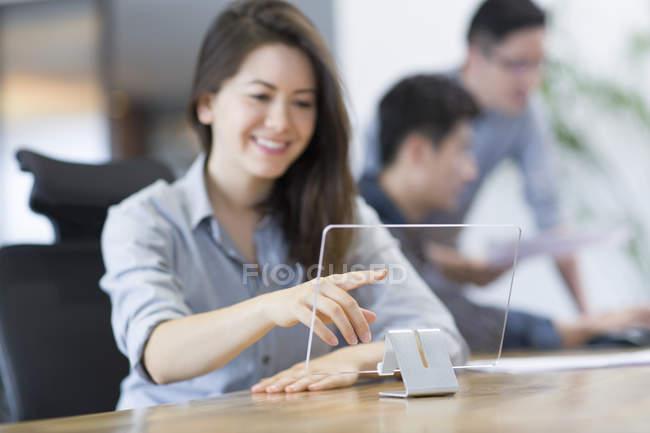 Femelle il travailleur en développement tablette numérique — Photo de stock