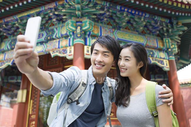 Китайська пара беручи selfie в храмі лама — стокове фото