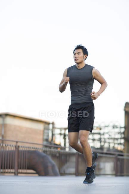 Китайський бігун працює на вулиці — стокове фото