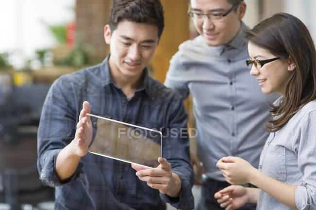 Travailleurs chinois il développer tablette numérique — Photo de stock