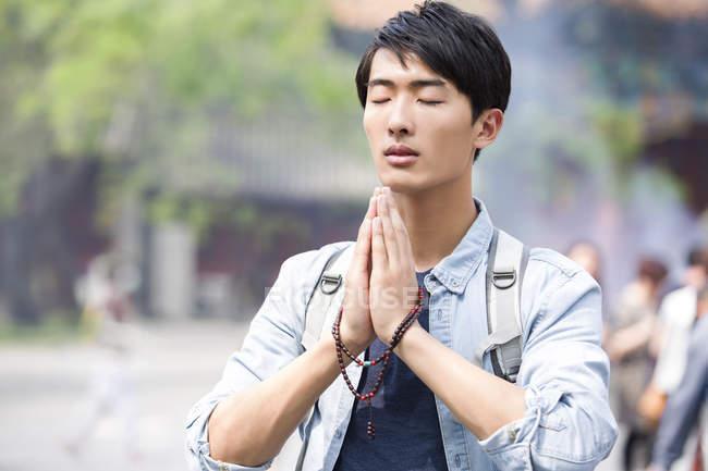 Китаєць молитися в храмі лама — стокове фото