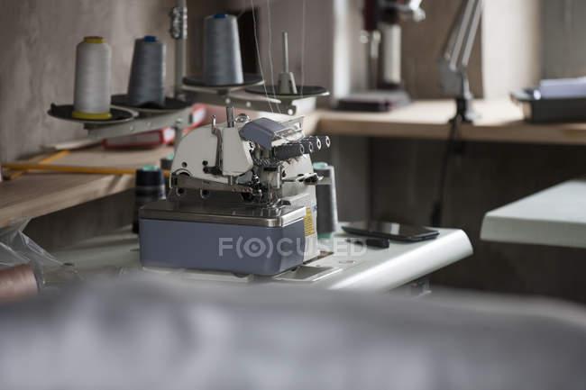 Швейная машина в мастерской — стоковое фото