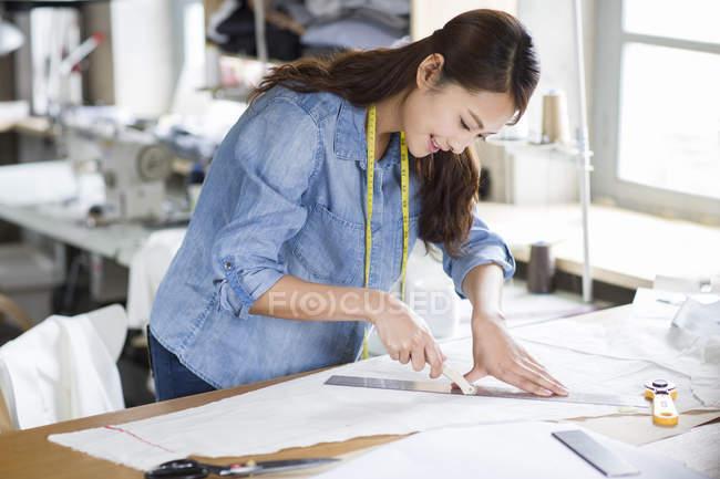 Chinoise tailleur travaillant en atelier — Photo de stock