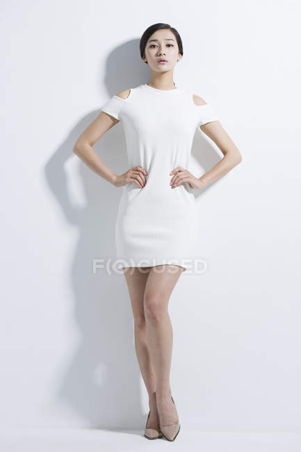 Mulher chinesa de vestido de pé com as mãos nos quadris — Fotografia de Stock