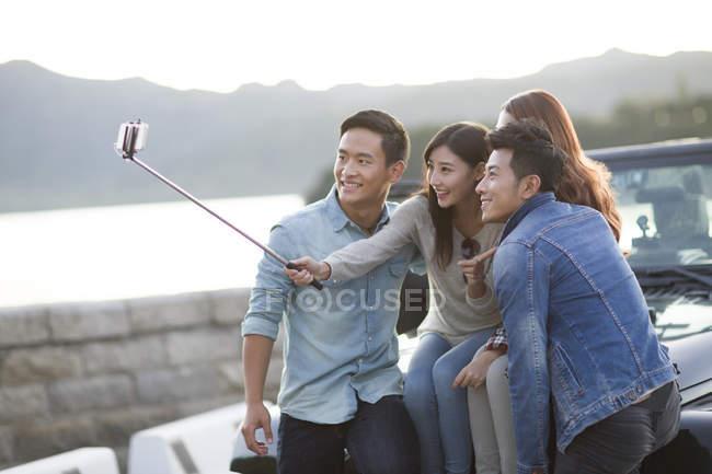 Chinesische Freunde nehmen Selfie mit smartphone — Stockfoto