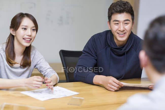 Trabalhadores de escritório chinês falando na sala de reuniões — Fotografia de Stock