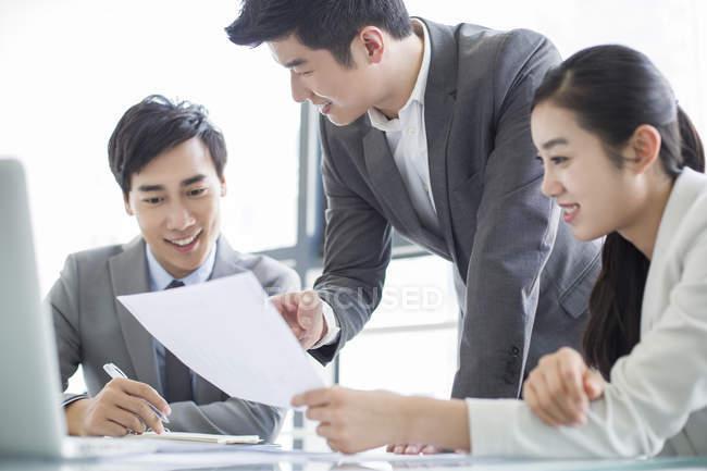 Les gens d'affaires chinois discutent du travail en réunion — Photo de stock