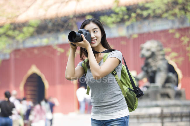 Chinese woman taking pictures in Lama Temple — Stock Photo