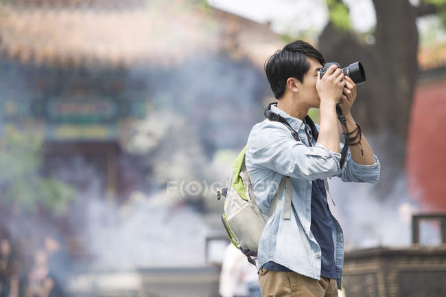 Chinese tourist taking pictures at Lama Temple — Stock Photo