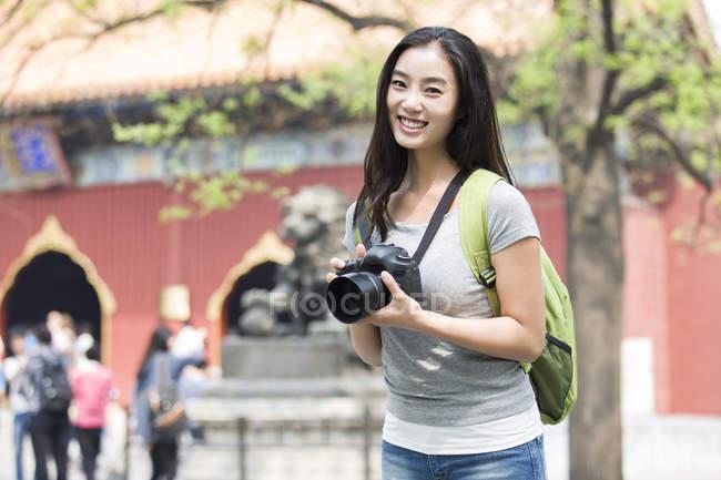 Donna cinese in visita al Tempio Lama con fotocamera digitale — Foto stock