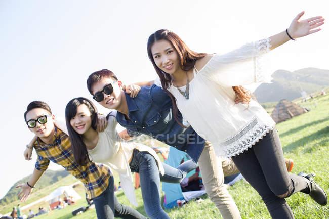 Amici cinesi in posa al festival musicale campeggio — Foto stock