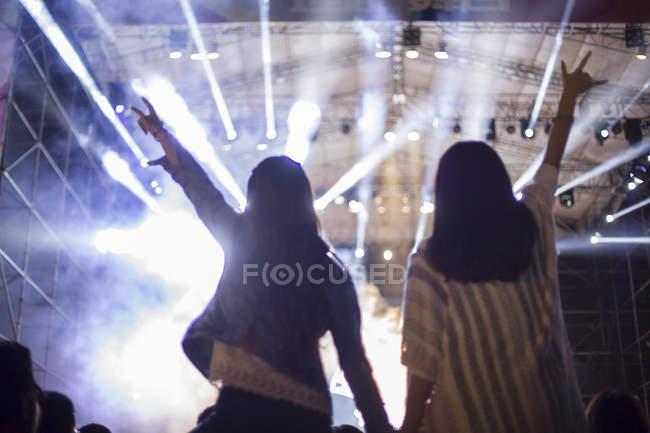 Chinesische Frauen haben Spaß beim Musikfestival — Stockfoto