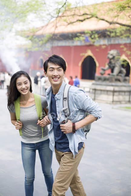 Китайская пара туристов, посещающих храм ламы — стоковое фото