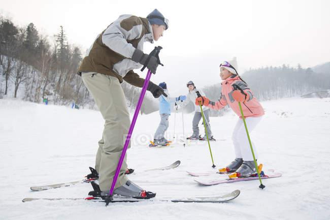 Китайские родители, обучение детей, Катание на лыжах в горнолыжном курорте — стоковое фото