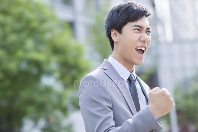 Chinois homme d'affaires acclamant dans la rue — Photo de stock