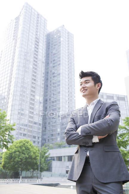 Китайський бізнесмен фотографіях хтось дивитися вбік з рук скласти — стокове фото
