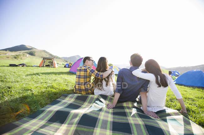 Chinesische Freunde sitzen auf Decke bei Musikfestival — Stockfoto