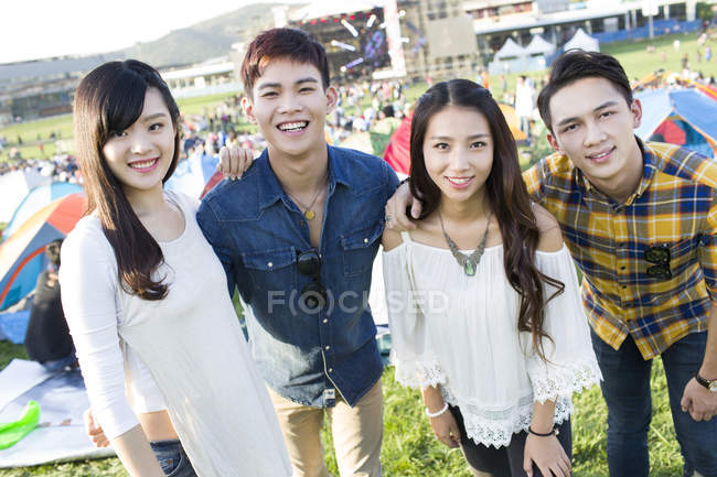 Chinesische Freunde posieren auf Musikfestival — Stockfoto