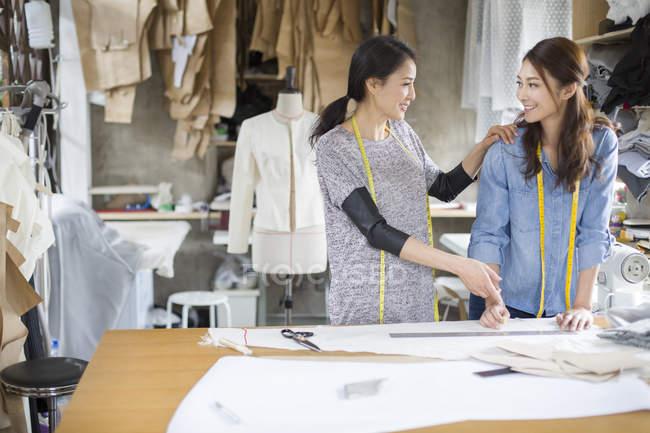 Китайський жіночий модельєрів говорити в студії — стокове фото