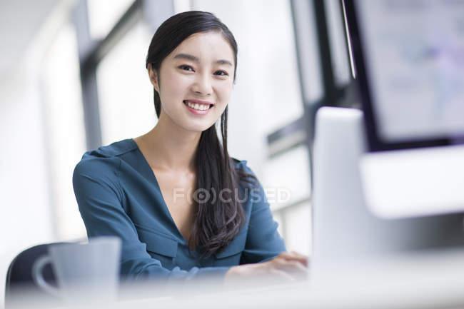 Chinesische Unternehmerin Die Im Buro Arbeiten Geschaft Lachelnd