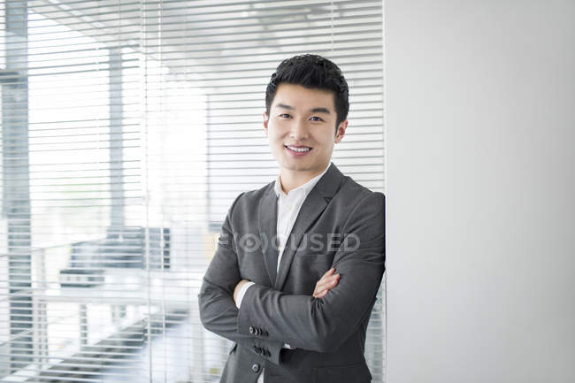 Портрет китайского бизнесмена с сложив — стоковое фото