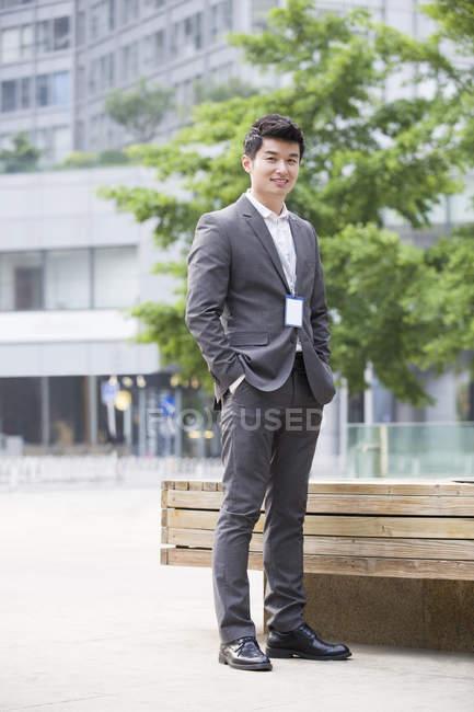 Китайський бізнесмен, стоячи в бізнес-центрі — стокове фото