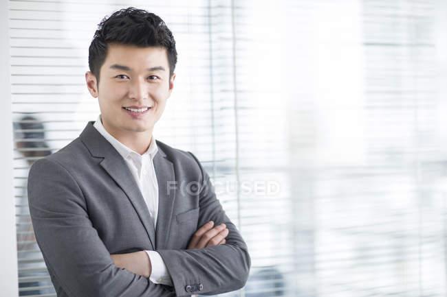 Китайский бизнесмен с сложив — стоковое фото