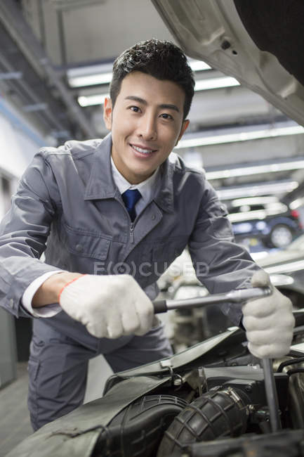 Chinese auto mechanic working in repair shop — Stock Photo