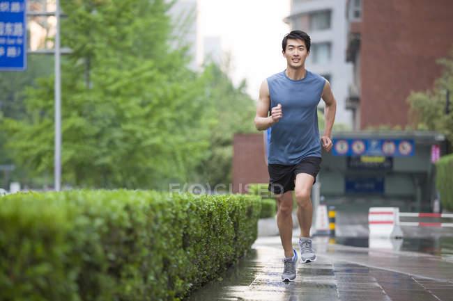 Китаец бегает по улице — стоковое фото