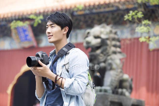 Homem chinês visitando Templo de Lama com câmera digital — Fotografia de Stock