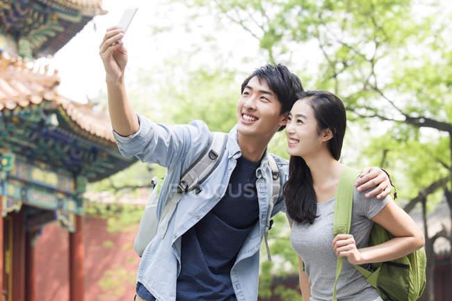 Китайская пара принимая selfie в Храм ламы — стоковое фото