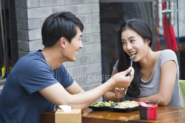 Chinesisches Ehepaar beim Mittagessen im restaurant — Stockfoto