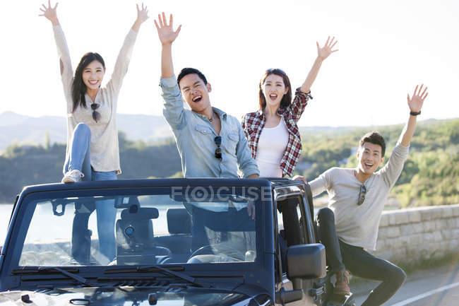 Amigos chineses se divertindo no carro — Fotografia de Stock