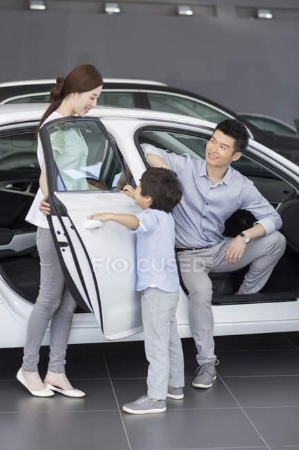 Китайські родини, сидячи в новий автомобіль в автосалоні — стокове фото