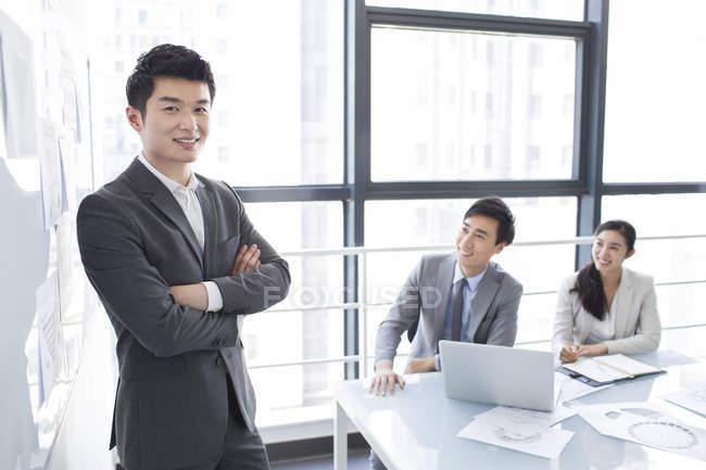 Empresários chineses, tendo a reunião — Fotografia de Stock