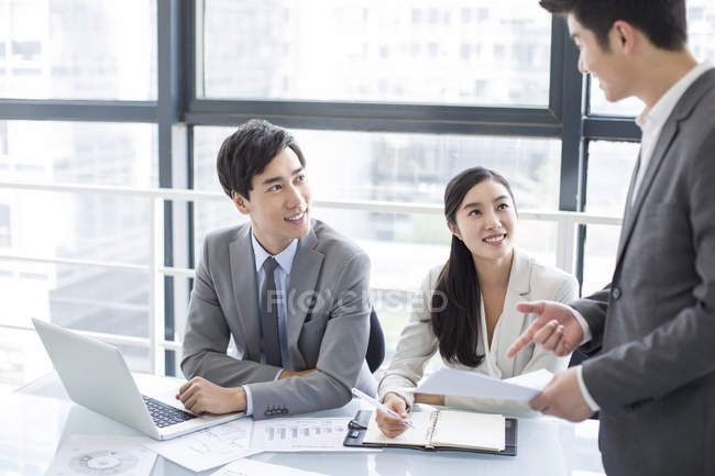 Chinese business people talking in meeting — Stock Photo