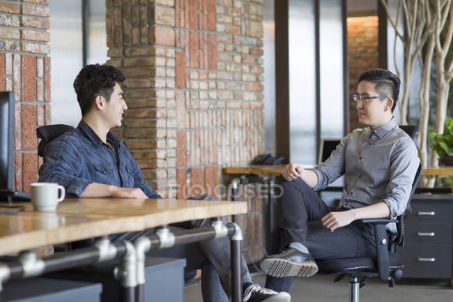 Китайськими колегами, говорити в офісі — стокове фото