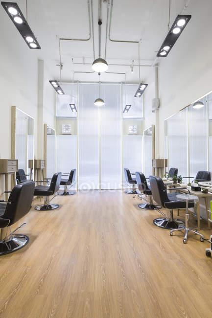 Barbiere interno negozio con sedie vuote — Foto stock