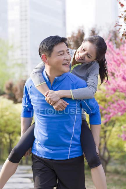 Mulher madura de chinês andar às cavalitas no homem — Fotografia de Stock