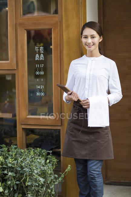Китайський офіціантка, стоячи в ресторані Дорвей — стокове фото