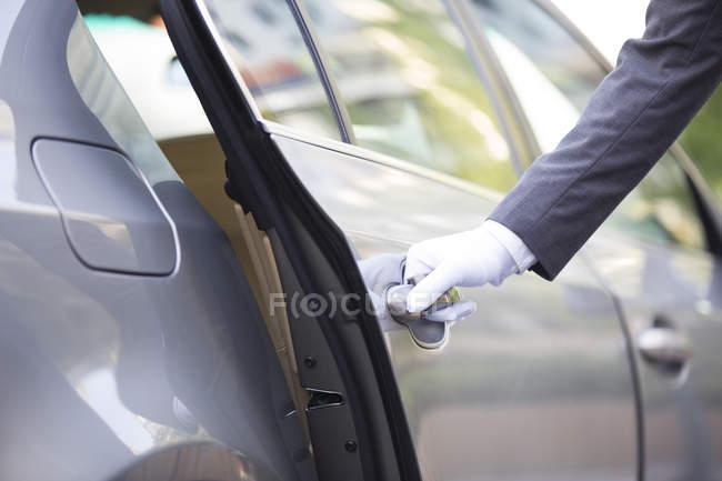 Auto con autista che apre la portiera, primo piano — Foto stock